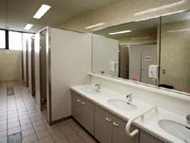 清潔で広い管理棟トイレ