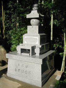 伊勢寺墓地内の納骨塔