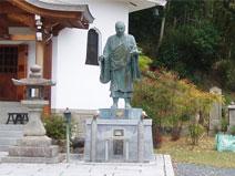 日親聖人の銅像
