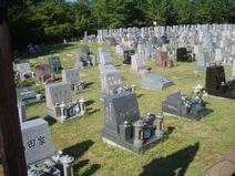 一面に芝生を敷きつめた芝生墓地